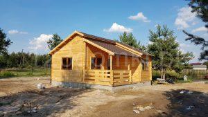 drewniany domek z tarasem